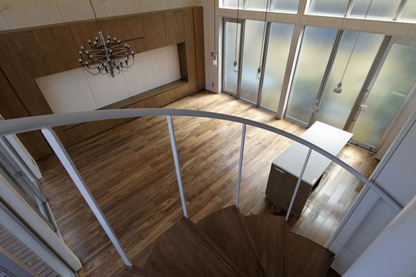 五反野の家の写真 階段から見下ろすリビング(撮影:淺川敏)