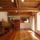 踏み天井の家の写真 合わせ梁のリビング