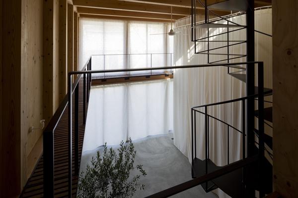 和賀材木座の家 — 空(くう)の箱 —の部屋 上から見下ろすエントランスホール(撮影:淺川敏)
