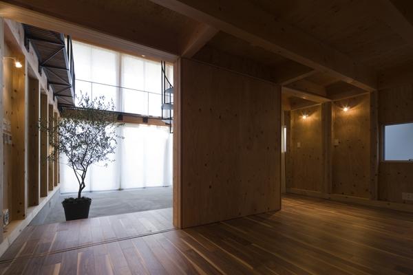 和賀材木座の家 — 空(くう)の箱 —の部屋 1階から眺めるエントランスホール(撮影:淺川敏)