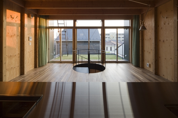和賀材木座の家 — 空(くう)の箱 —の部屋 キッチンからの眺め(撮影:淺川敏)