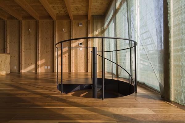 和賀材木座の家 — 空(くう)の箱 —の部屋 螺旋階段2(撮影:淺川敏)