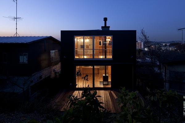 上麻生の家の部屋 外観-夜間(撮影:淺川敏)