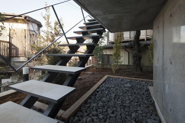 上麻生の家の部屋 玄関アプローチ-階段(撮影:淺川敏)