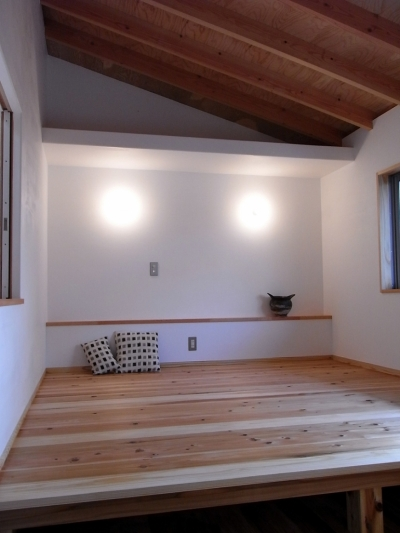 厚木の家 (小上がりのある寝室)