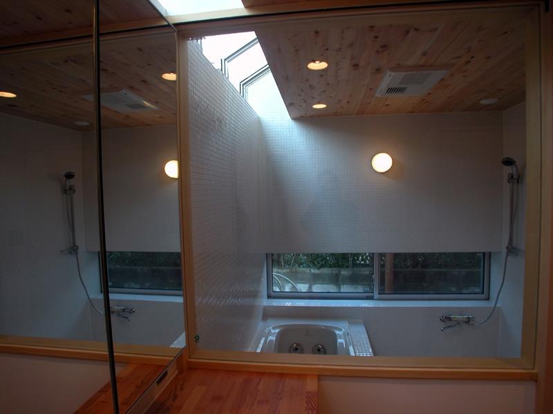 厚木の家の写真 トップライトのある浴室