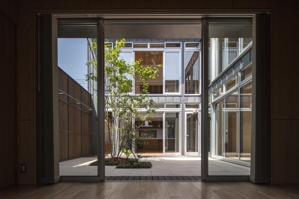 上大岡の家の部屋 中庭(撮影:淺川敏)
