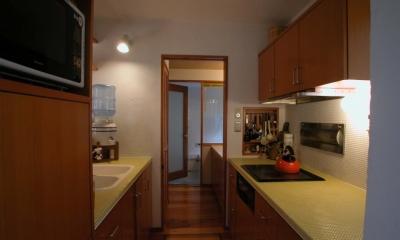 踏み天井の家 (タイル貼りのキッチン)