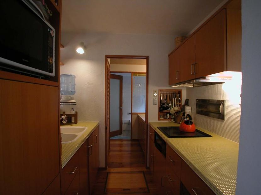 キッチン事例:タイル貼りのキッチン(踏み天井の家)