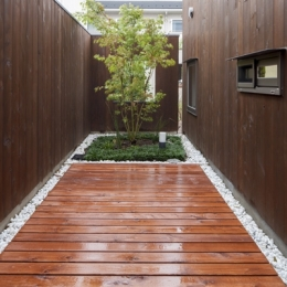 狛江の家 (浴室の外の庭(撮影:淺川敏))