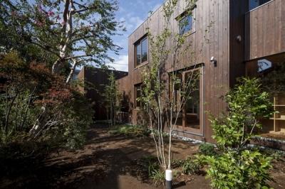 廊下側の庭(撮影:淺川敏) (狛江の家)