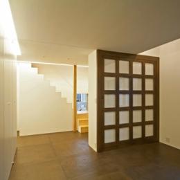 『岩槻の家』可変間取りの子世帯とペットと暮らす親世帯の二世帯住宅 (玄関を入ってすぐの1階スペース(撮影:永石写真事務所))