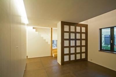 玄関を入ってすぐの1階スペース(撮影:永石写真事務所) (131-house)