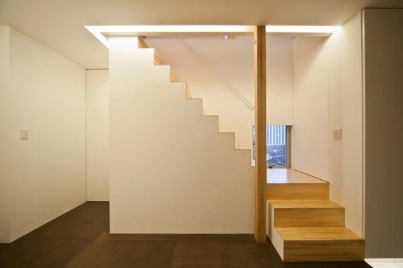 131-houseの部屋 玄関入ってすぐの階段(撮影:永石写真事務所)