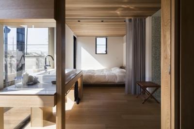 T邸 (バスルームとつながる寝室)