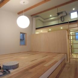 南大塚の住宅〜故郷の土間がある家〜 (ベッドルームからロフトを眺める)