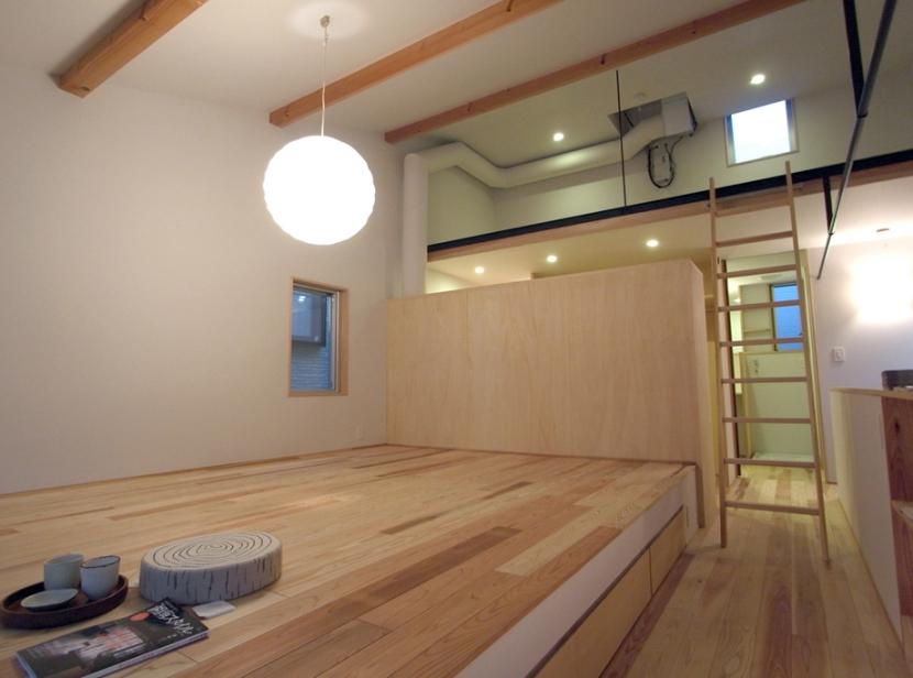 南大塚の住宅〜故郷の土間がある家〜の部屋 ベッドルームからロフトを眺める