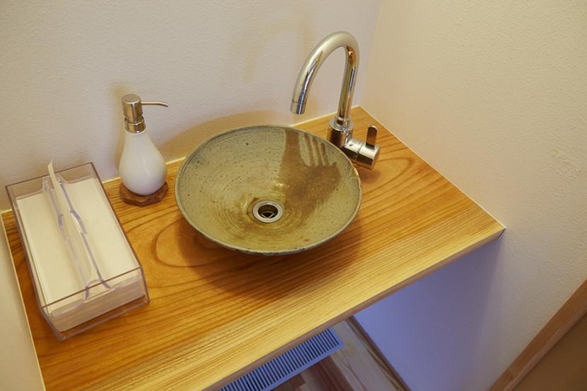 南大塚の住宅〜故郷の土間がある家〜の部屋 手洗い台「陶芸家 飯高幸作」