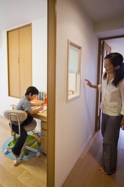廊下1 (廊下を通れば見えてしまう!勉強頑張ってるかな?)