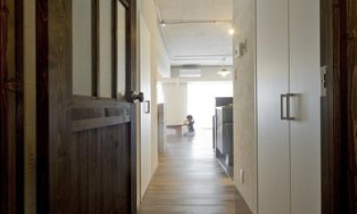 使用する素材や設備も、自分たちらしく。好きなモノで造ったちょうどいい空間にリノベーション (廊下)