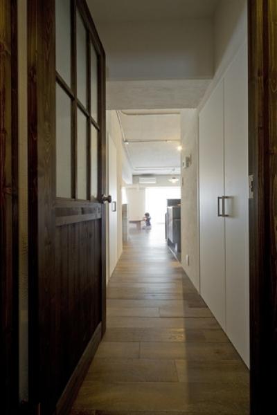 廊下 (使用する素材や設備も、自分たちらしく。好きなモノで造ったちょうどいい空間にリノベーション)