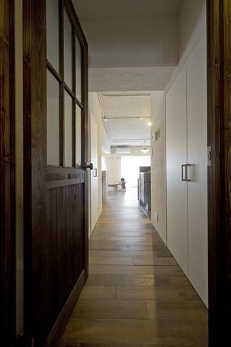 使用する素材や設備も、自分たちらしく。好きなモノで造ったちょうどいい空間にリノベーションの写真 廊下