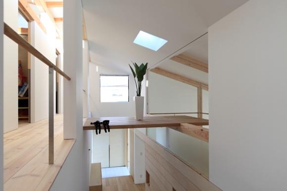見渡しの家 (階段上部に飾り棚)