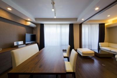 ペニンシュラ型キッチンはホテルライクリノベーションによくお似合い (ダイニング)