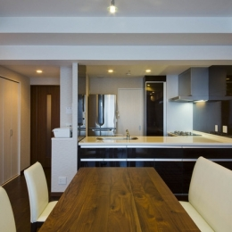 ダイニングキッチン (ペニンシュラ型キッチンはホテルライクリノベーションによくお似合い)