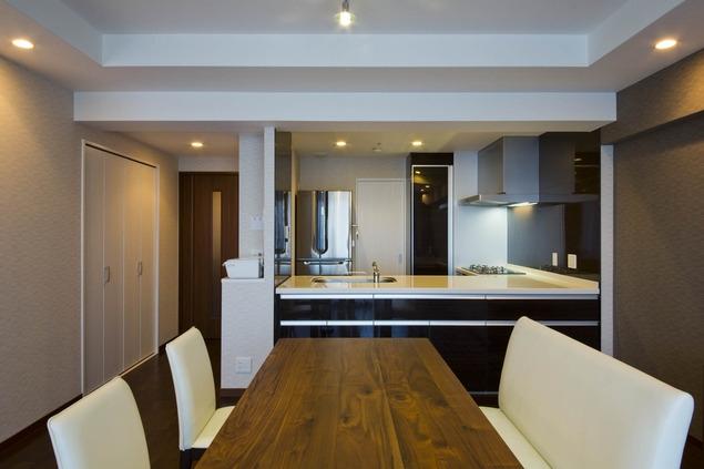 ペニンシュラ型キッチンはホテルライクリノベーションによくお似合いの部屋 ダイニングキッチン
