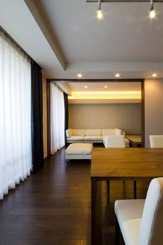 ペニンシュラ型キッチンはホテルライクリノベーションによくお似合い (リビングダイニング)