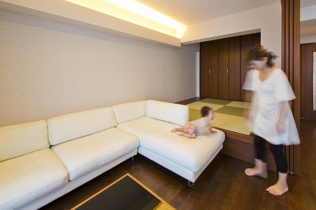 ペニンシュラ型キッチンはホテルライクリノベーションによくお似合いの部屋 リビング