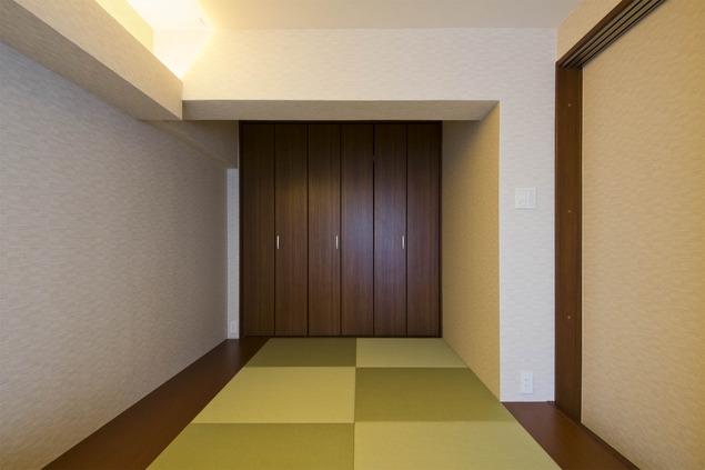 ペニンシュラ型キッチンはホテルライクリノベーションによくお似合いの部屋 和室