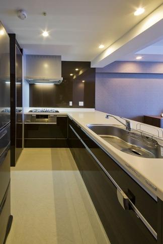 ペニンシュラ型キッチンはホテルライクリノベーションによくお似合いの部屋 キッチン2