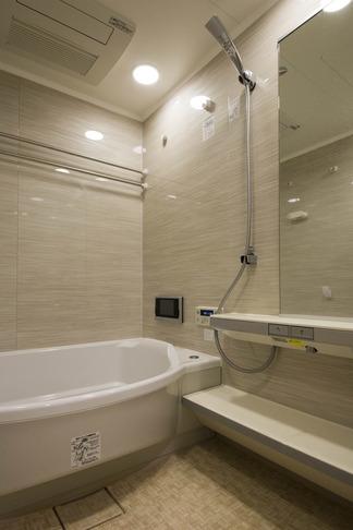 ペニンシュラ型キッチンはホテルライクリノベーションによくお似合いの部屋 バス