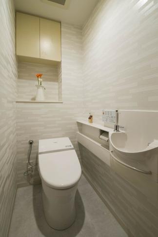 ペニンシュラ型キッチンはホテルライクリノベーションによくお似合いの部屋 トイレ
