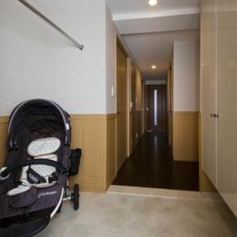 ペニンシュラ型キッチンはホテルライクリノベーションによくお似合い (玄関)