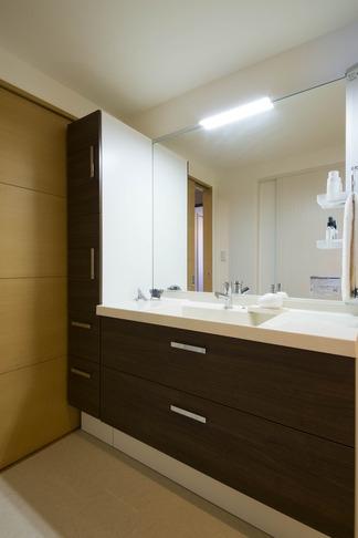 ペニンシュラ型キッチンはホテルライクリノベーションによくお似合いの部屋 洗面所
