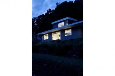 陽傘の家 (外観-夜間(撮影:鳥村鋼一))