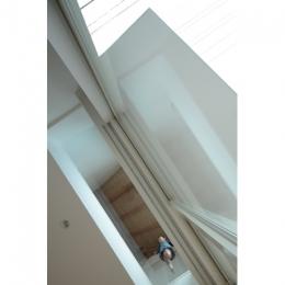 石神井台の家 (リビングからベッドルームのガラス床を見上げる(撮影:鳥村鋼一))