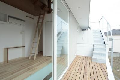屋上デッキへの階段(撮影:鳥村鋼一) (石神井台の家)