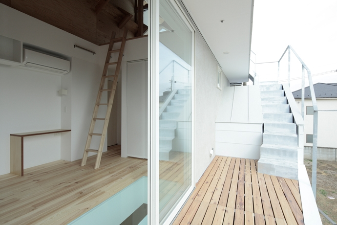 石神井台の家 (屋上デッキへの階段(撮影:鳥村鋼一))