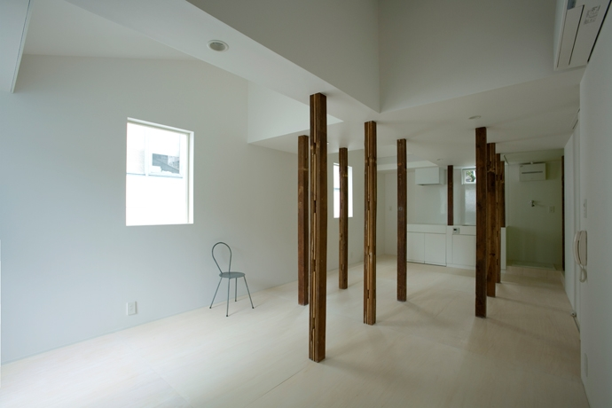 wooden forest apartement (柱の間の空間-Before(撮影:鳥村鋼一))