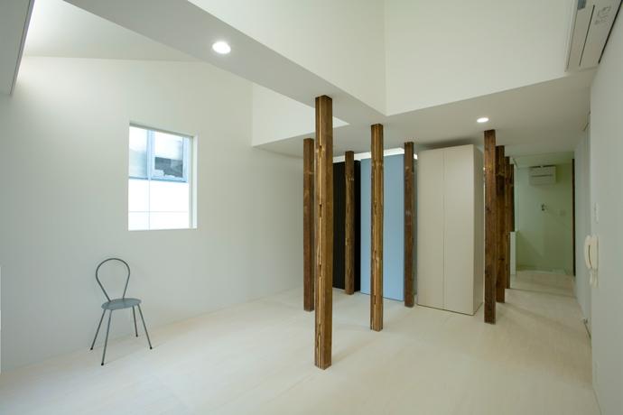 wooden forest apartement (柱の間の空間-After(撮影:鳥村鋼一))