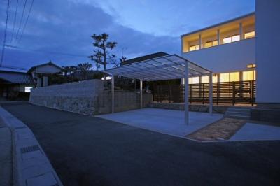 外観夜景 (ロフトとデンの家 -立体的な段差が家族のつながりをうむ住宅-)