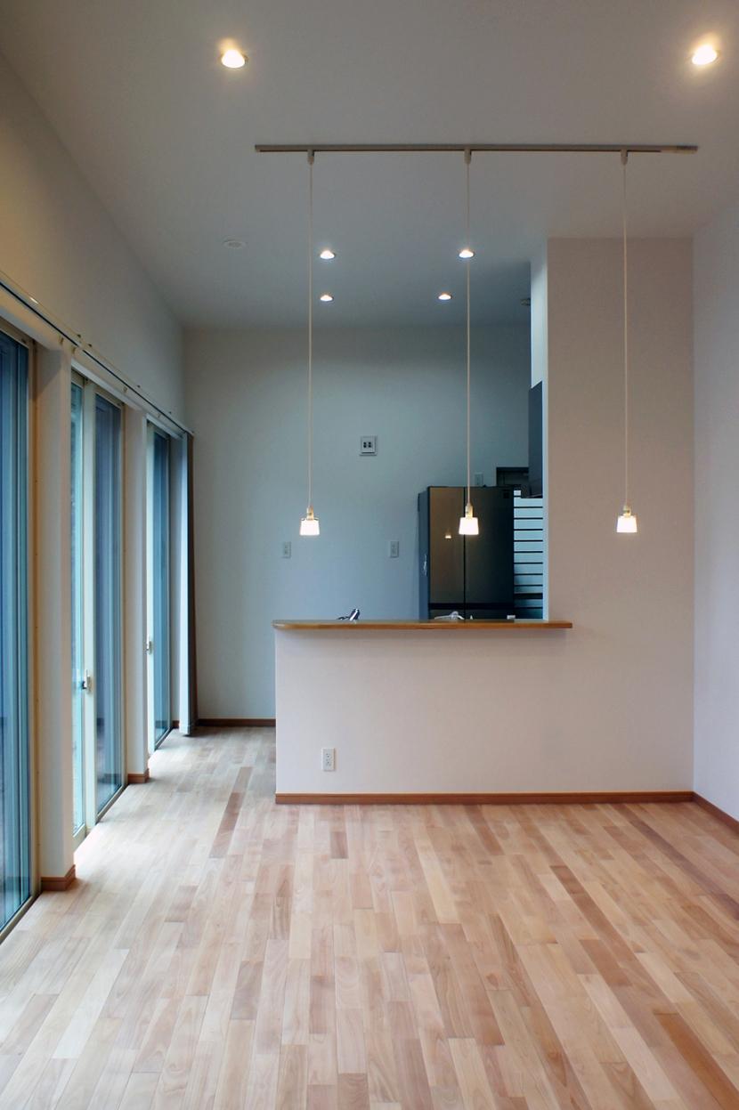 ロフトとデンの家 -立体的な段差が家族のつながりをうむ住宅- (3.5Mの天井高リビング)