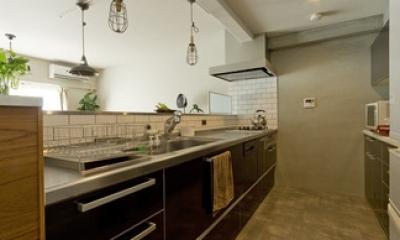 キッチン1|古さを活かして壁はアーチに。60年代や70年代の住まいのようなヴィンテージ風の家