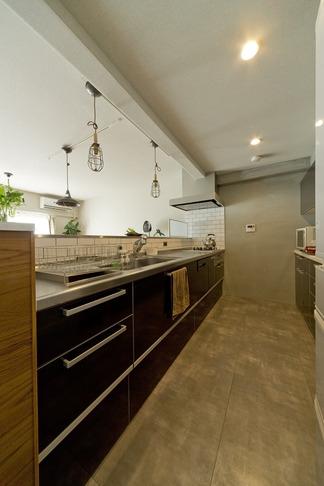 古さを活かして壁はアーチに。60年代や70年代の住まいのようなヴィンテージ風の家 (キッチン1)