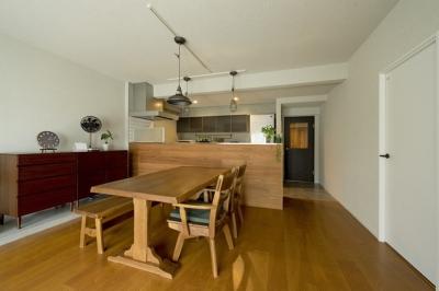 ダイニングキッチン (古さを活かして壁はアーチに。60年代や70年代の住まいのようなヴィンテージ風の家)