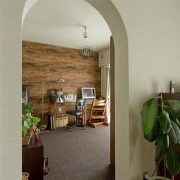 古さを活かして壁はアーチに。60年代や70年代の住まいのようなヴィンテージ風の家 (書斎1)